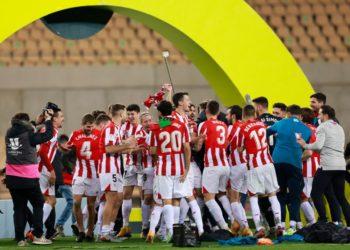 لاعبو فريق أتليتيك بيلباو يحتفلون بفوزهم بكأس السوبر الإسبانية بعد تغلبهم على برشلونة خلال مباراة بين الفريقين في أشبيلية يوم الأحد. تصوير: مارسيلو ديل بوزو - رويترز